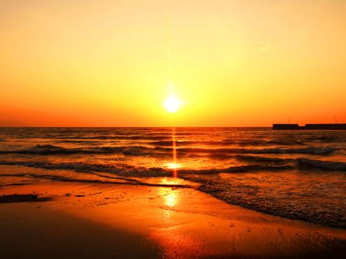 外洋に繋がる吹上浜の夕日